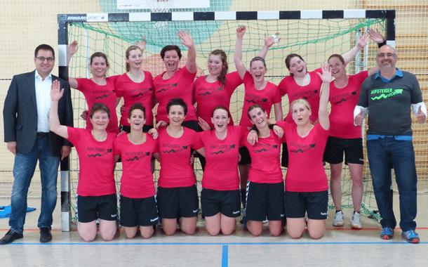 Vorstand Daniel Klitzke (links) und Trainer Stephan Sabah freuen sich mit dem Damenteam über den Aufstieg in die Bezirksoberliga.