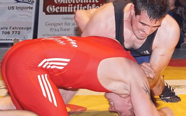 Burgebrachs Trainer und Ringer Michael Giehl (blaues Trikot) war auch in Schonungen erfolgreich. Hier versucht er mit einem Nackenhebel zu punkten.
