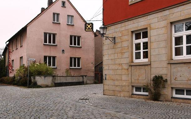 Das Areal um das Metznerhaus (links) wird neu gestaltet und die Hauptstraße nach Westen hin teilverlegt. Rechts die Ecke des Raiffeisenbankgebäudes Fotos: Elke Pieger