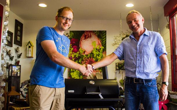 Dietmar Koch (rechts, Geschäftsführer BauSpezi Burgebrach) übergibt den BBQ-Smooker an seinen Gewinner: Christopher Dietsch.