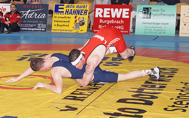 Der Burgebracher Oberligaringer Leonardo Quintero Torres siegte trotz Platzwunde am Kopf gegen Maximilian Widmann aus Au/Hallertau überlegen in der Hinrunde in der Windeck Halle.