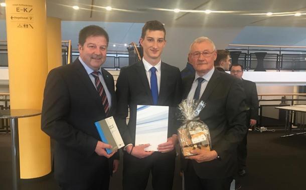 Auszubildender der Raiffeisenbank Burgebrach-Stegaurach eG für Prüfungsleistung geehrt