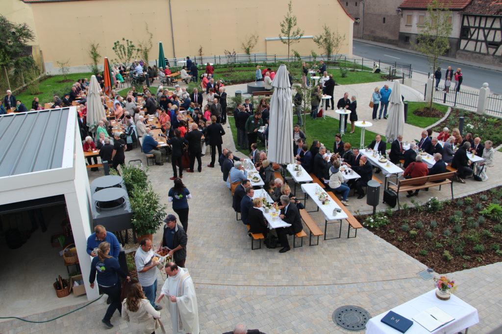Feierliche Segnung des sanierten Pfarrhauses und des neugestalteten Pfarrgartens in Burgebrach