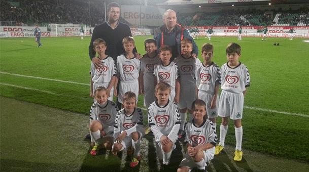 E2-Junioren des TSV Burgebrach als Einlaufeskorte bei Greuther Fürth